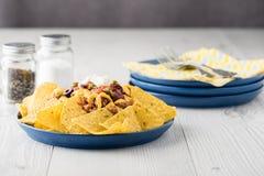 Жалуйтесь nachos с jalapeno, оливки, томат, сыр чеддера фасолей Стоковое Изображение