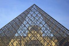 Жалюзи осмотренное через стеклянную пирамиду в Париже стоковые фотографии rf