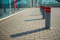 Ждать линии в авиапорте и столбе безопасностью для пассажира проверяют внутри Стоковая Фотография RF