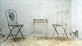 ждать металла любовника 2 стулов Стоковая Фотография