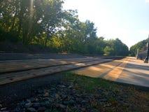 Ждать поезд взлётно-посадочная дорожка стоковые фотографии rf