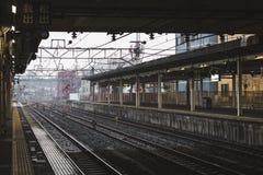 Ждать поезд на дождливый день стоковое фото