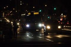 Ждать такси на ноче Стоковое Изображение