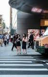 Ждать увиденный молодыми женщинами для того чтобы пересечь дорогу в Нью-Йорке стоковое фото rf