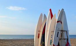 ждать surfboards солнца потехи пляжа Стоковая Фотография RF