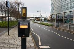 Ждите сигнал на типичном пешеходном переходе в Великобритании стоковые изображения