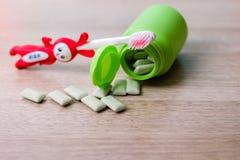 Жевательная резина и зубная щетка стоковое изображение rf