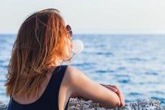 Жевательная резинка молодой женщины дуя Стоковое Изображение RF