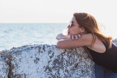 Жевательная резинка молодой женщины дуя Стоковое фото RF