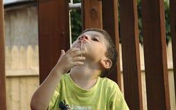 жевать камедь ребенка стоковая фотография rf