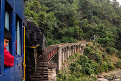 Железная дорога горы Nilgiri, бега между Mettupalayam и Udagamandalam в южной Индии Стоковое Изображение RF