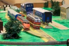 Железная дорога игрушки с различными зданиями Современный переход Стоковые Фото