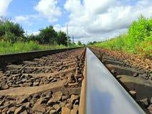 Железная дорога идет в расстояние стоковые фотографии rf