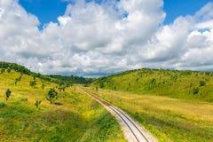 Железная дорога и пейзаж сельской местности с зелеными холмами стоковая фотография