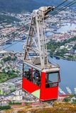 Железная дорога кабеля Ulriken в Бергене, Норвегии Шикарные взгляды от вершины холма Стоковая Фотография