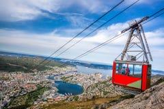 Железная дорога кабеля Ulriken в Бергене, Норвегии Шикарные взгляды от вершины холма Стоковое Изображение