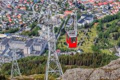 Железная дорога кабеля Ulriken в Бергене, Норвегии Шикарные взгляды от вершины холма Стоковое Изображение RF