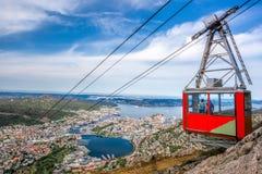 Железная дорога кабеля Ulriken в Бергене, Норвегии Шикарные взгляды от вершины холма Стоковое Фото