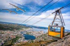 Железная дорога кабеля Ulriken в Бергене, Норвегии Шикарные взгляды от вершины холма Стоковые Фото