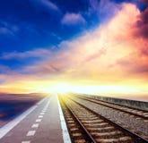 железная дорога к горизонту под облачным небом стоковое фото rf