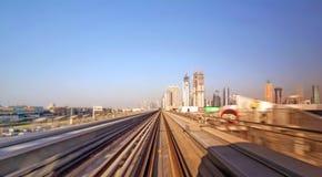 Железная дорога метро Дубай в летнем дне стоковые фотографии rf