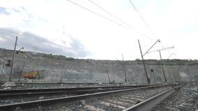 Железная дорога на предпосылке открытого карьера Железнодорожный проходить через горнодобывающую промышленность с экскаватором по акции видеоматериалы