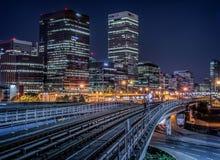 Железная дорога перед канереечными башнями причала стоковое изображение rf