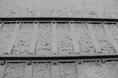 Железная дорога под снегом в зиме Концепция перемещения и движения Параллель выравнивает предпосылку транспорт зимы стоковая фотография rf
