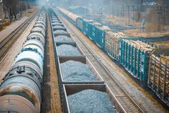 Железная дорога протягивает в расстояние, 3 товарного состава снесите Стоковые Фото
