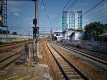 Железная дорога регулярного пассажира пригородных поездов стоковые фото