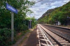 Железная дорога станции городка Lorchhausen пригородная с голубым знаком имени стоковое изображение