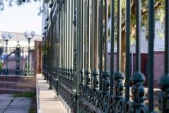 Железная загородка вдоль большого здания Стоковые Изображения
