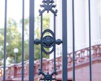 Железная загородка вдоль большого здания Стоковые Изображения RF