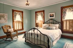 Железная кровать в доме od спальни Teal старом викторианском Стоковая Фотография