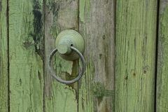 Железная ручка двери с кольцом на деревянной двери Стоковые Изображения RF