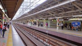 Железнодорожная платформа на станции токио - ТОКИО/ЯПОНИИ - 12-ое июня 2018 акции видеоматериалы