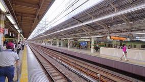 Железнодорожная платформа на станции токио - ТОКИО/ЯПОНИИ - 12-ое июня 2018 сток-видео