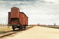 Железнодорожная платформа с экипажом для пленников, тренером на концентрационном лагере Oswiecim Платформа выбора внутри стоковая фотография rf