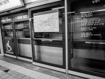 Железнодорожная станция метро в Сеуле, Южной Корее стоковая фотография