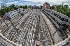 Железнодорожная станция при множественные дороги пересекая и сходясь Стоковое Изображение RF