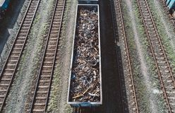 Железнодорожная фура заполненная с металлоломом Рециркулировать металла Стоковые Фото