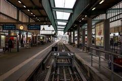 Железнодорожные платформы для восхождения на борт и высаживаться пассажиров от поезда на центральном железнодорожном вокзале Стоковые Изображения