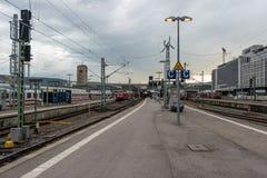 Железнодорожные платформы для восхождения на борт и высаживаться пассажиров от поезда на центральном железнодорожном вокзале Стоковое Фото