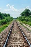 Железнодорожные пути бежать в расстояние Стоковые Изображения