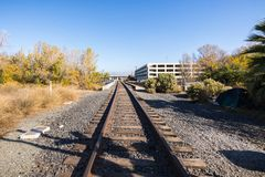 Железнодорожные пути в область Сан-Хосе, южная San Francisco Bay, халиф стоковые изображения rf