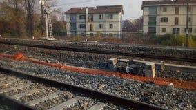 железнодорожные пути в пригородной сцене Стоковое фото RF