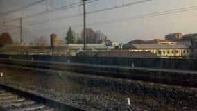железнодорожные пути в пригородной сцене Стоковое Изображение