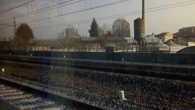 железнодорожные пути в пригородной сцене Стоковое Изображение RF