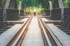 Железнодорожные пути на мосте реки Kwae исторические здания и ориентир ориентир провинции Kancjanaburi, Таиланда стоковые фотографии rf