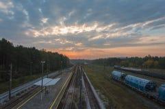 Железнодорожные пути на предпосылке восхода солнца, Malogoszcz, Польше стоковая фотография rf